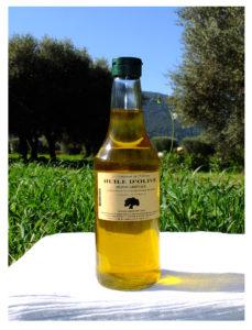 Photo d'une bouteille de 50cl d'huile d'olive monovariétale (Cayannes de Gémenos) extra vierge de Provence, par François-Xavier, Producteur oléiculteur et créateur de la marque Le Comptoir de l'Olivier, huile d'olive de Provence et savons vegan à l'huile d'olive.