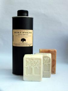 Photo d'une bouteille de 50cl d'huile d'olive extra vierge monovariétale Le Comptoir de l'Olivier & de 3 savon naturels à l'huile d'olive de Provence